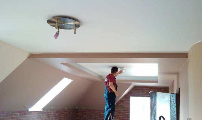 Потолок на мансарде фото