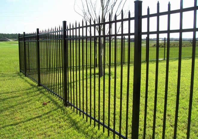 Почему вам стоит установить забор на винтовые сваи
