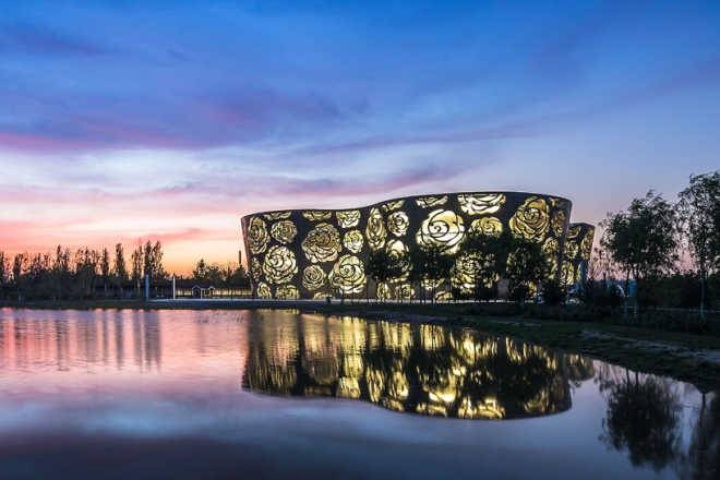 Архитекторы голландской фирмы NEXT дарят Пекину 300-метровый букет роз
