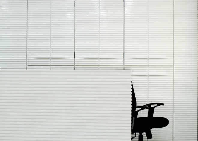 Cadence применяет особую технику кирпичной кладки, чтобы «свернуть» белый фасад клиники KMYF, примыкающей к индийскому храму