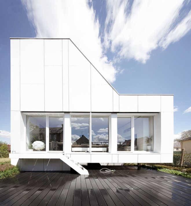 2A DESIGN использует грузовые контейнеры для строительства экономичного компактного частного дома во Франции