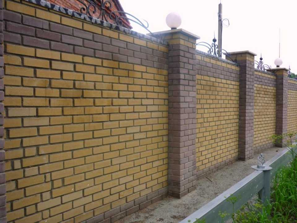 Фото готовых заборов из желтого кирпича