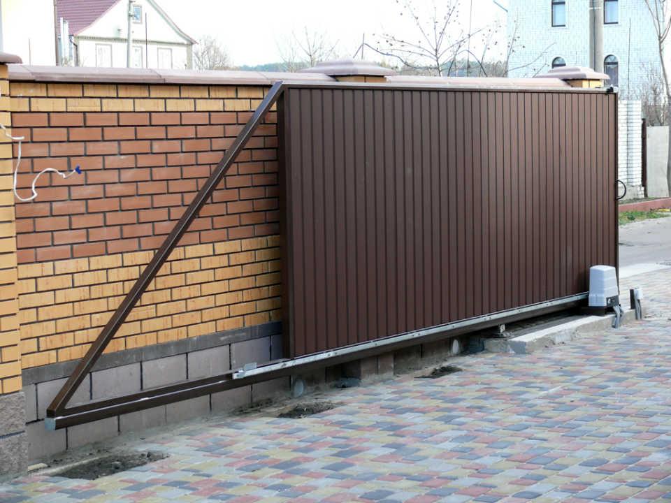 Кирпичный забор с откатными воротами— идеальное решение для загородного участка