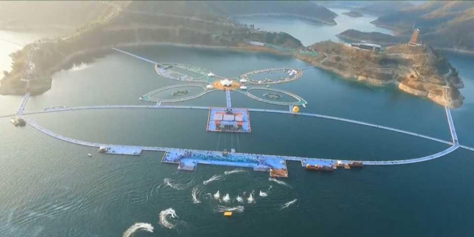 В новый год в Китае открылась самая длинная в мире плавучая пешеходная дорожка