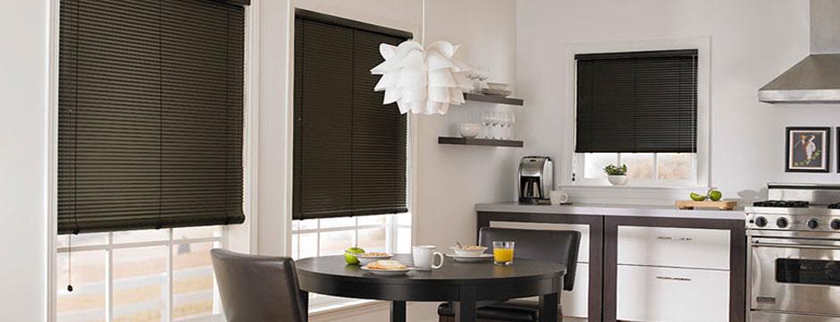 Рулонные шторы или горизонтальные жалюзи на кухню