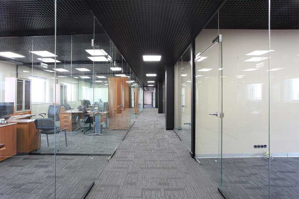 Использование стеклянных перегородок для зонирования офисных помещений