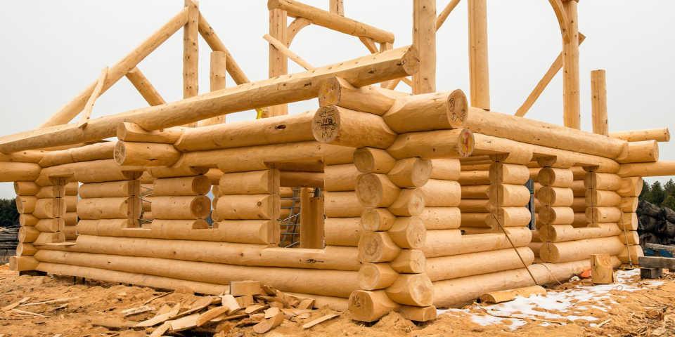 Дома из окоренного бревна – особенности постройки