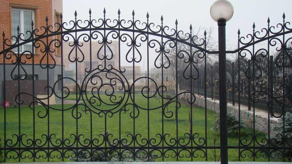 Что из себя представляет кованый забор?