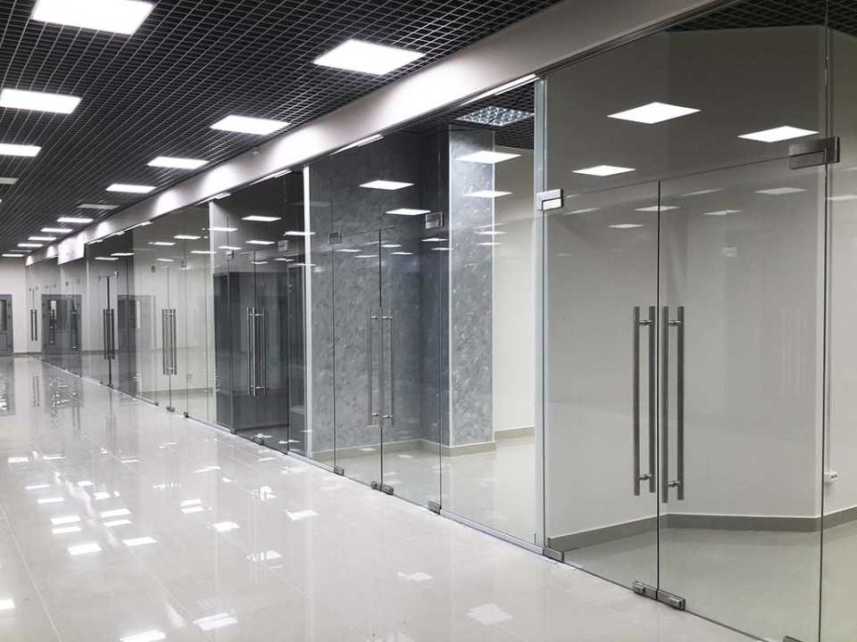 Цельностеклянные перегородки для торговли: делаем продающую витрину