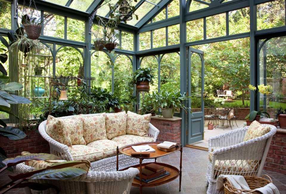 Зимний сад в загородном доме: обустройство и особенности