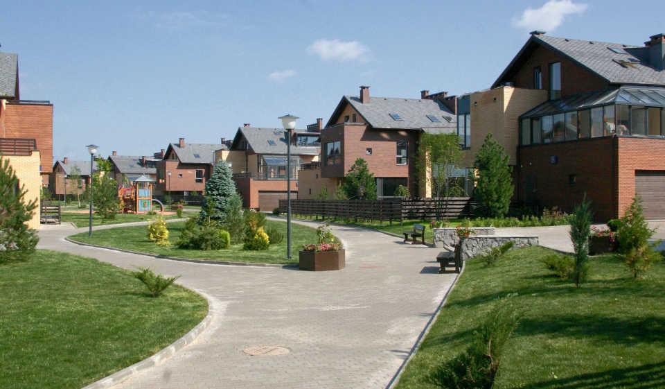 Коттеджный поселок: плюсы и минусы для покупателя