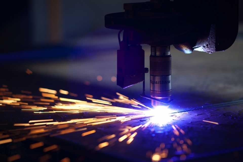 Лазерная резка металла: что это такое, плюсы и минусы