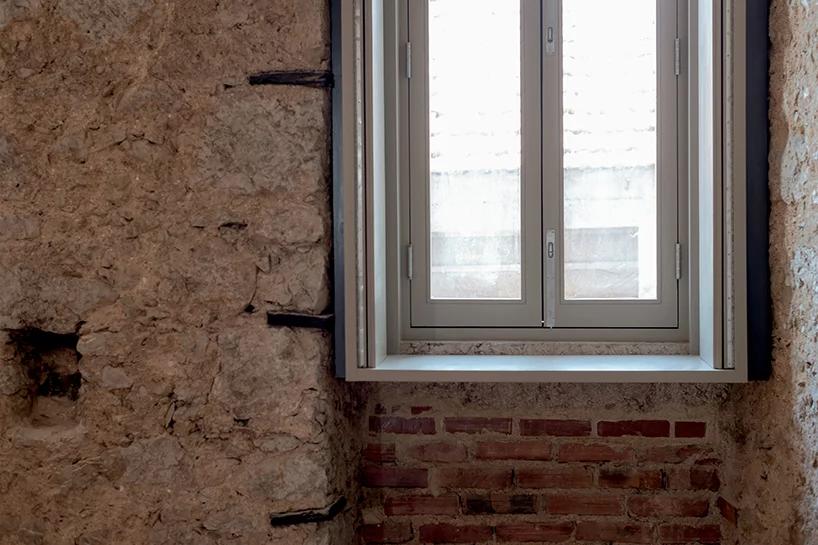 Детали старинной каменной стены и кирпичной кладки, свежеокрашенная рама деревянного окна