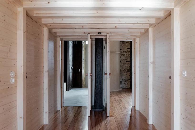 Вход в студию и заниженный потолок