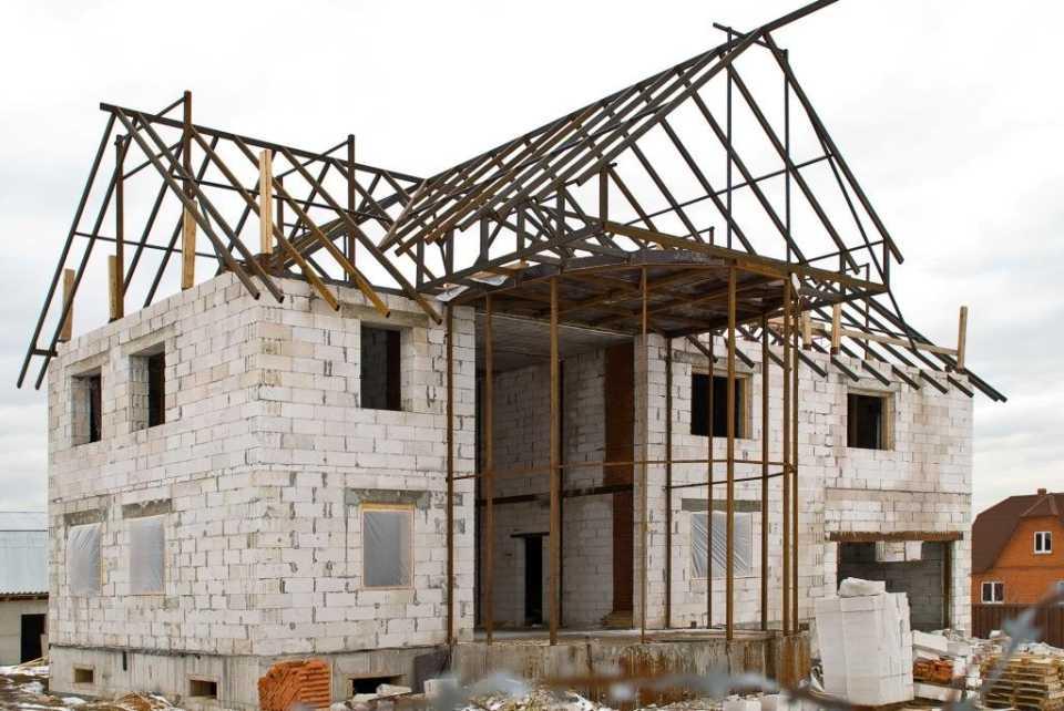 Строительство дома из пеноблоков: преимущества и примение на этапах строительства